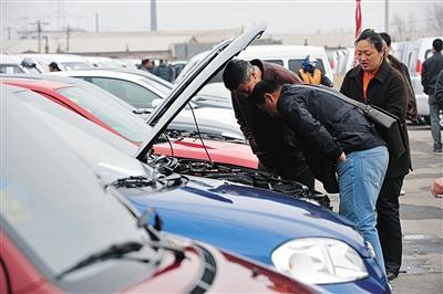 消费者在二手车市场内选购二手车。近年来大量二手车交易移至电商平台,更多诚信问题随之出现。图/视觉中国