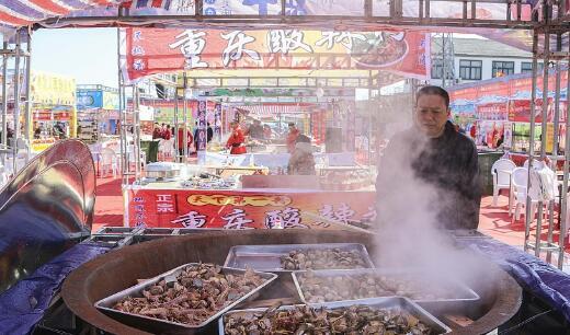 青岛:田横祭海节举行 各式小吃...