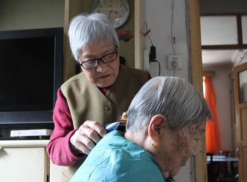 81岁老人免费帮人理发60余年不收一分钱
