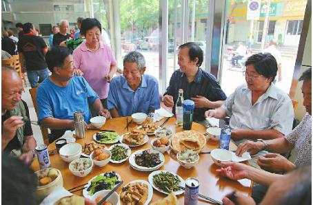 """办社区食堂建托老所 """"小巷总理""""陈叶翠让老有所依"""
