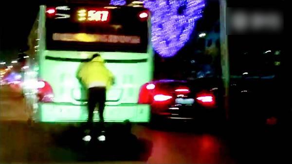 网友拍到手扒公交车玩轮滑的男子。视频截图