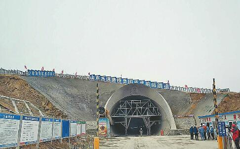 鲁南高铁首个中长隧道贯通 明年底菏泽临沂日照将进入高铁时代