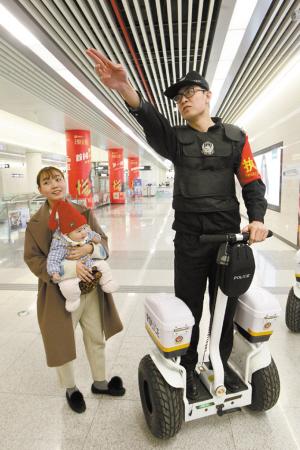 真帅!地铁民警踩风火轮站台巡逻 过往群众赞不绝口纷纷拍照