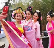 美女穿越济南赏花