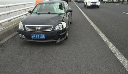 长江大桥上停车检修车辆 没想到前车司机遭后车撞击身亡