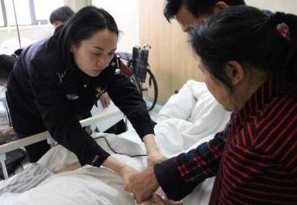 两位警察姐姐超暖心 为行动不便的患者上医院办身份证