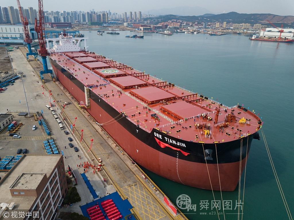 青岛造世界最大矿砂船 载重相当于6666节火车皮
