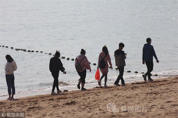 青岛市民周末海滨健身热 脸基尼大妈抢镜