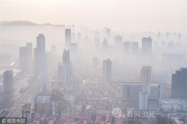 山东烟台现平流雾天气 城市雾气缭绕如仙境