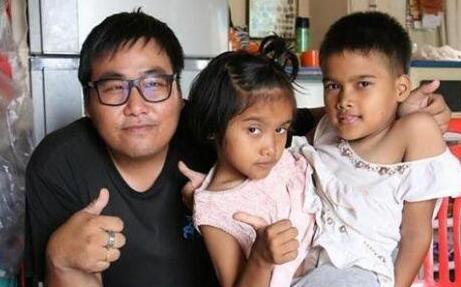 泰国那空沙旺府连体双胞胎小冰和小邦的故事在网上备受关注 都9岁啦