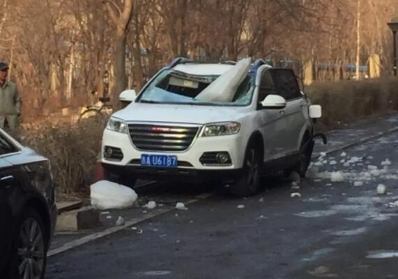 面目全非!一吨冰块砸扁SUV罪魁祸首竟是他 楼顶
