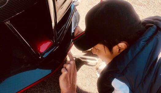 """吴亦凡分享了三张自己改装车的""""工作照"""" 笑称朋友都不知道自己是个车迷"""