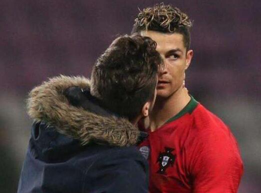 尴尬了!男球迷进场强吻C罗 强吻+自拍+袭胸被带走时还不忘撩衣非礼