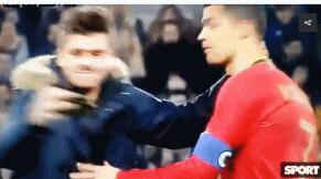 C罗遭迷弟强吻葡萄牙球员集体懵圈 C罗表情僵硬