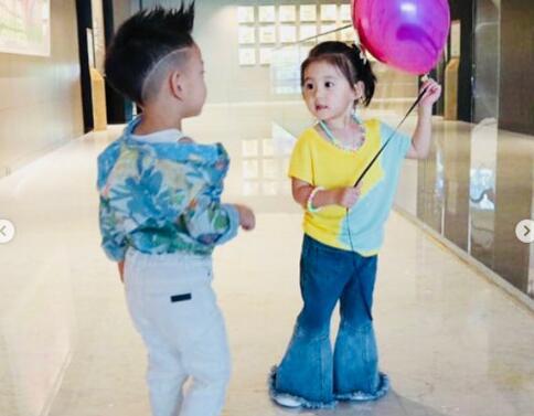 小可爱!咘咘撩衣露小肚肚 与徐若瑄的儿子小V宝
