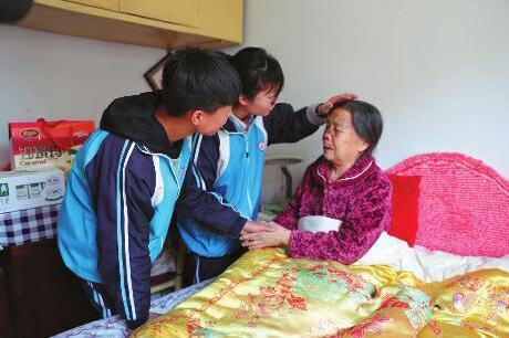 86岁老太摔伤高中生急救送医不留名:小事没必要炫耀