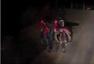 """司机为夜间骑行小学生照路20分钟 """"红领巾""""鞠躬致谢戳泪点"""