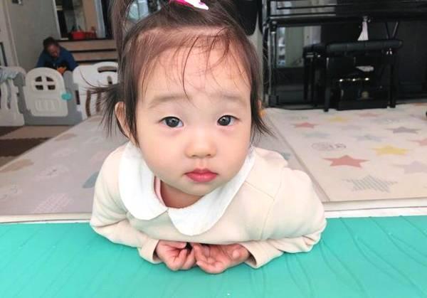"""近日,杨云晒出两张双胞胎女儿的照片,并配文:""""哥哥去了,妹妹们早呀."""