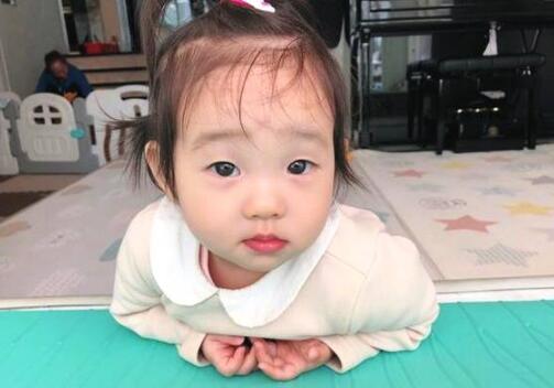 软萌可爱!杨云晒双胞胎女儿懵懂照 欢欢乐乐眼睛明亮简直萌翻了