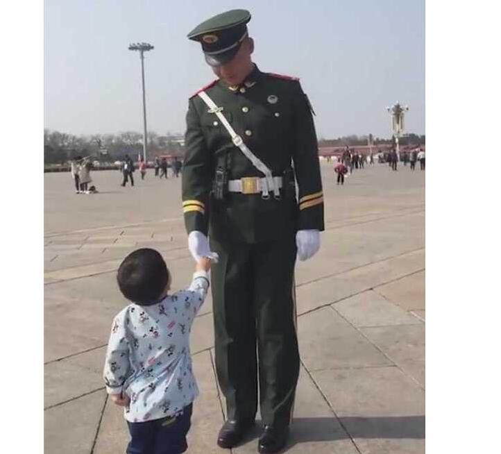 """宝宝向武警敬礼 军官向小朋友伸出手""""一大一小""""握手令人感动"""