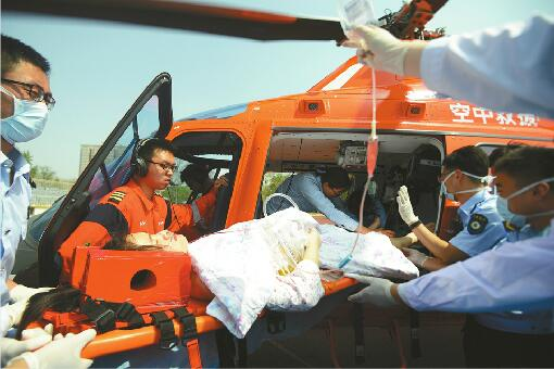 滨州起飞东营接患者济南降落 2小时3地直升机空运中毒患者转院