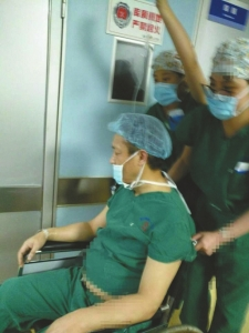 眼科医生强忍腹痛做完4台手术 做完后昏倒差点丢命