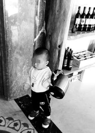 两岁男童迷烧水壶 还想对大锅起念想被爸妈劝止