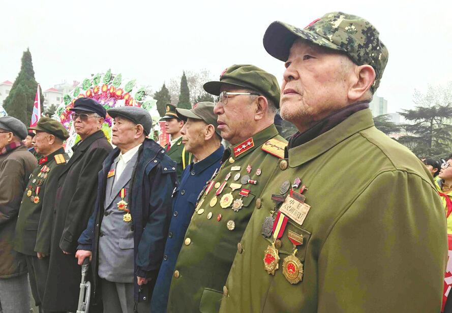 """""""老战友,我们又来看你了"""" 济南战役老战士连续20年到烈士陵园缅怀战友"""
