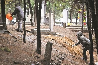 男子25年累计修墓上千座 曾花三天为海外华侨寻墓