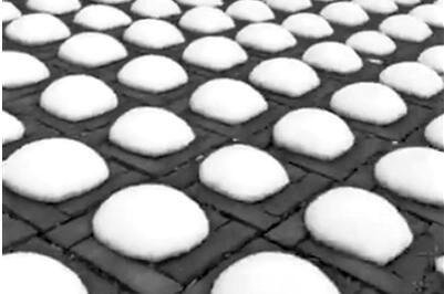 [奇趣]停车场现雪馒头景色异常 北京四月雪扮靓清明小长假