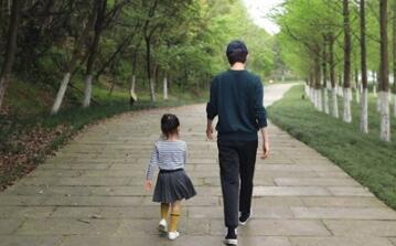 孙俪邓超带儿女出游 善于观察的网友发现超哥鞋子的微妙