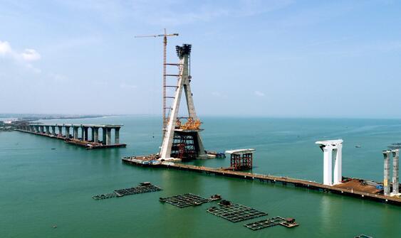 国内首座跨断裂带大桥——海南铺前跨海大桥主塔封顶