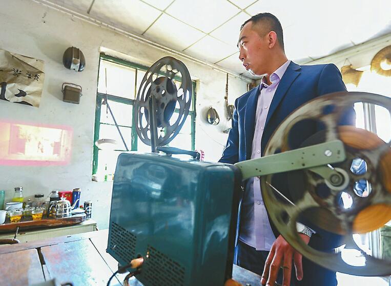 80后小伙10年收集上千老物件 还有20多种放映机和百多部胶片