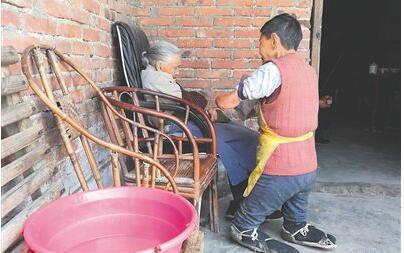 75岁老妇跪行照料老母亲 4岁因病截去手脚跪行撑起家