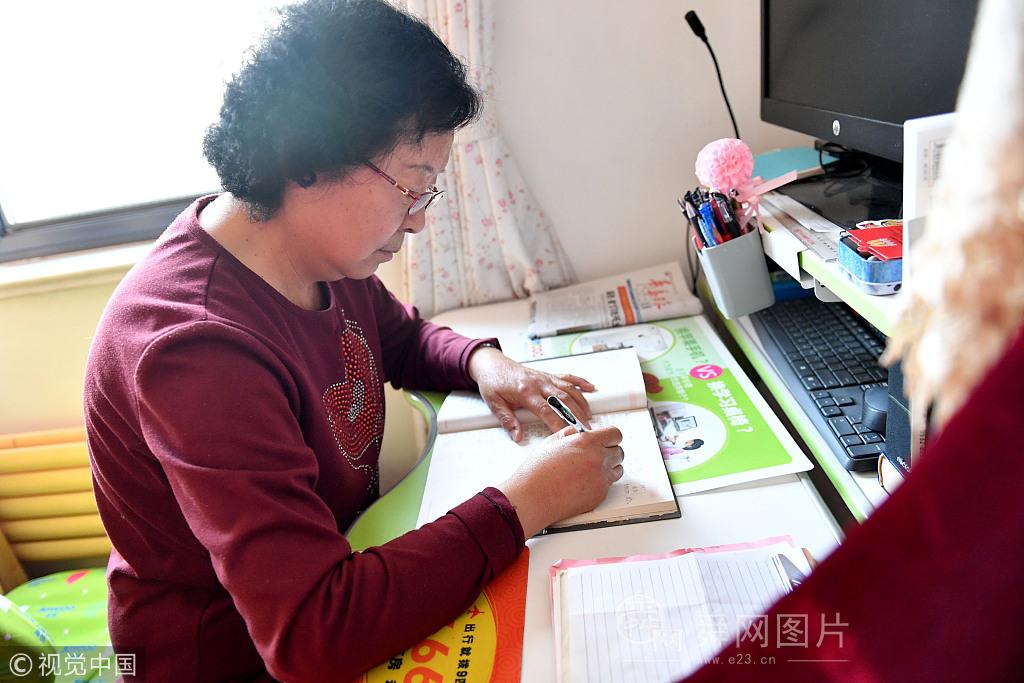 青岛:老两口40年家庭账本记录生活变迁