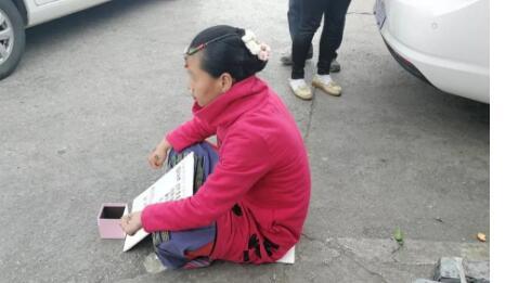 活久见!丽江现奇葩乞讨女 30岁