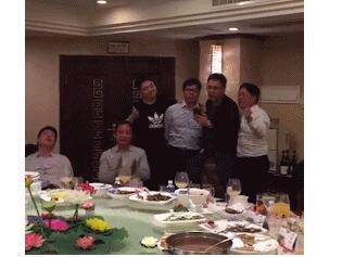 气氛高涨!林依轮刘强东聚餐合唱 网友围观:好想知道他们吃的什么呀