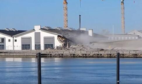 丹麦:建筑爆破失误砸中图书馆  筒仓竟倒向相反的方向