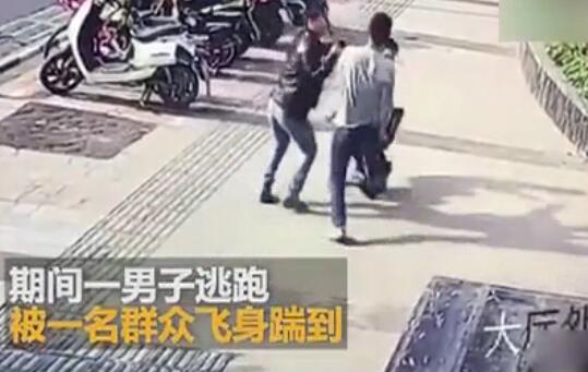 """""""扫荡腿""""在民间!热心路人伸腿协助特警抓人 将坏人踹翻在地"""