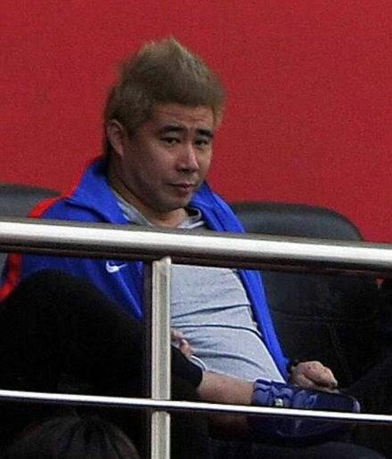 曼联挂梅西擦鞋照当谦逊表率!中国男足集训队挂此照有戏吗