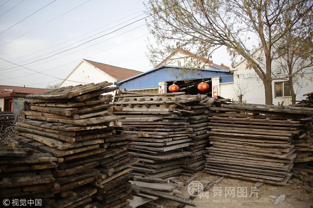 滨州村民将旧门板变身出口家具 变废为宝畅销海外