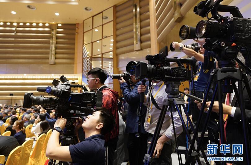 记者在博鳌亚洲论坛2018年年会开幕式上采访
