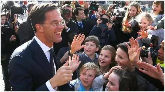 黄金单身汉!荷兰高颜值首相走红 身高1米85文质彬彬又潇洒