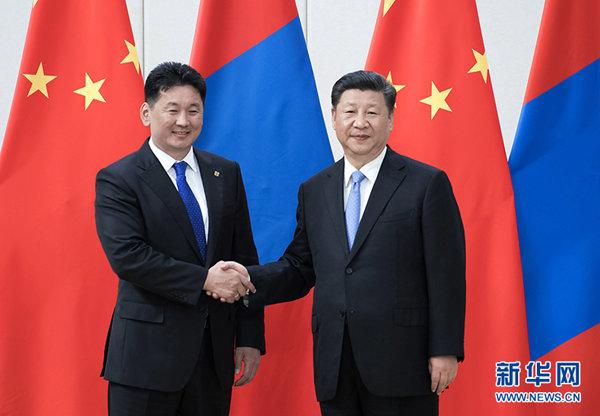 4月10日,国家主席习近平在海南省博鳌国宾馆会见蒙古国总理呼日勒苏赫。 新华社记者 李涛 摄