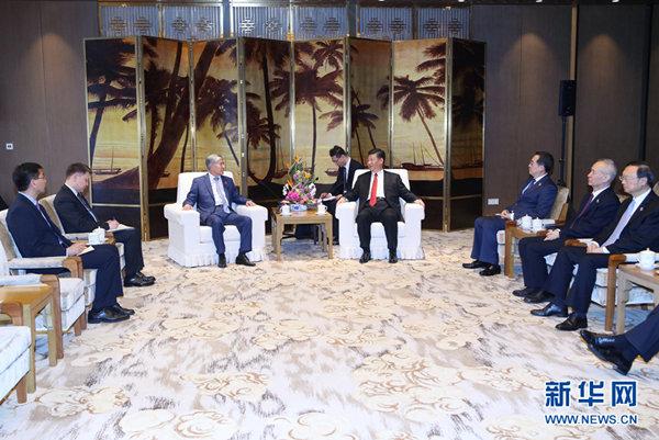 4月11日,国家主席习近平在海南省博鳌国宾馆会见来华出席博鳌亚洲论坛2018年年会的吉尔吉斯斯坦前总统阿坦巴耶夫。 新华社记者 姚大伟摄