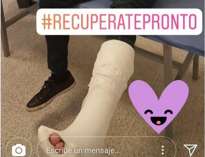 记者模仿C罗骨折 穿着西装就玩倒钩受伤也不意外
