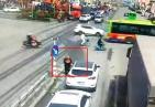 """""""网红""""乞讨老汉拦车被撞 用这样的方式乞讨实在太危险"""