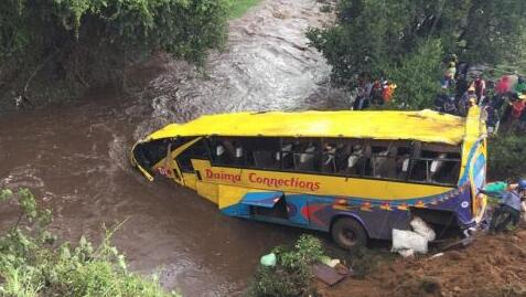 惨烈!肯尼亚客车翻车坠河 造成至少17人死亡另有40多人受伤