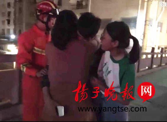 女大学生救轻生男 像个姐姐一样给他来了一个温暖的拥抱