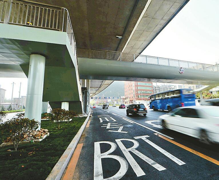 济南新型过街天桥直达BRT站台
